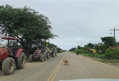 Desde las 7:00 los productores colocaron su maquinaria al costado de la carretera