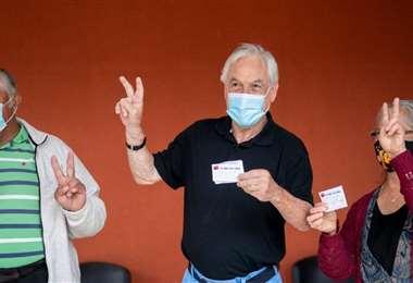 Piñera recibió su primera dosis anticovid este viernes