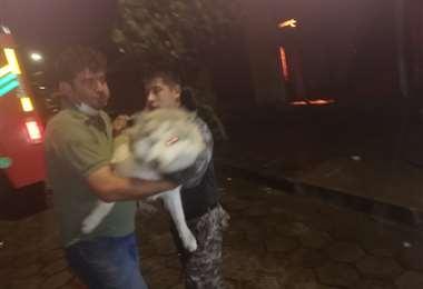 Sergio Claros salvando a la mascota