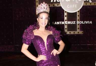 Iciar Díaz Camacho luego de recibir su corona de reina del Carnaval cruceño solidario 2021