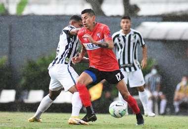 Arce se escapa ante la marca de un defensor del Santos. Foto: Prensa AR