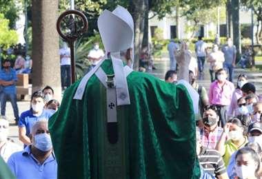 Sergio Gualberti bendice a fieles en la catedral/Foto: Ricardo Montero