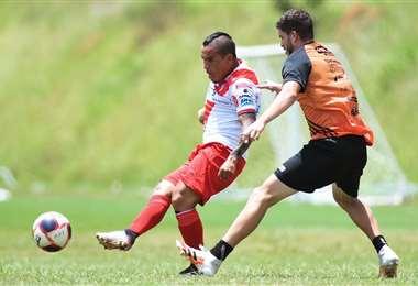 Ovejero remata ante la marca de un rival de Internacional. Foto: Prensa AR