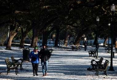 En Houston, Texas, una pareja camina en medio de la nieve/Foto: AFP