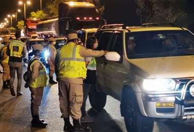 Gendarmes y personal del municipio controlan el ingreso a la ciudad
