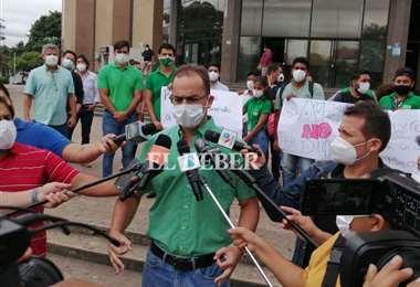 Aguilera atiende a los medios antes de ingresar al Palacio de Justicia. Foto: JC Torrejón