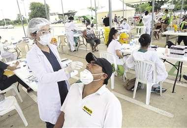 La prueba de antígeno seguirá tomándose en el cambódromo. Foto Jorge Ibáñez