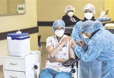 Vacunan a pacientes en la ciudad de La Paz. Foto ABI