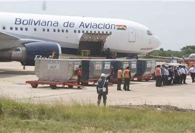 Los medicamentos llegaron este jueves en un vuelo de BoA. Fotos: Juan C. Torrejón