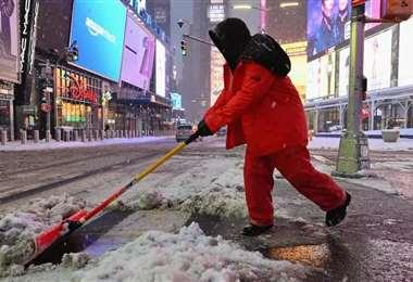 Limpiadores barren la nieve en Times Square durante una gran tormenta de nieve. Foto: AFP