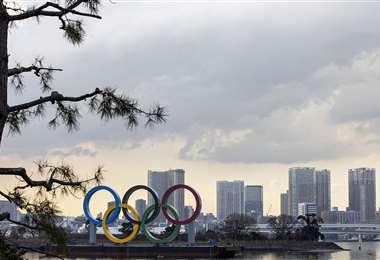 Los anillos olímpicos se exhiben en el paseo marítimo de Odaiba en Tokio. Foto: AFP