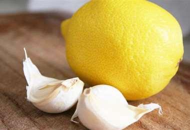 El limón contiene alta concentración de vitamina C y el ajo, alicina, un antibiótico
