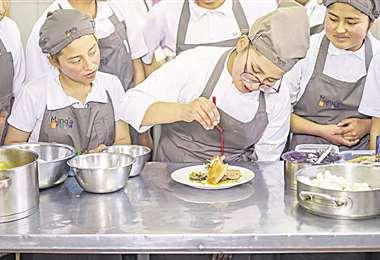 En Manq'a, jóvenes se capacitan en gastronomía