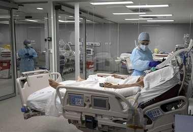 Enfermeras atienden a pacientes con covid en un hospital de Madrir | AFP