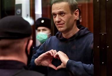El opositor ruso Alexéi Navalni en su caja de cristal durante su juicio en Moscú