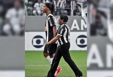Ronaldinho y su madre, Miguelina. Foto: @Atletico