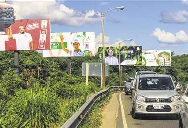 Pobladores y candidatos observan el crecimiento del padrón en Porongo. Foto: J. Ibáñez