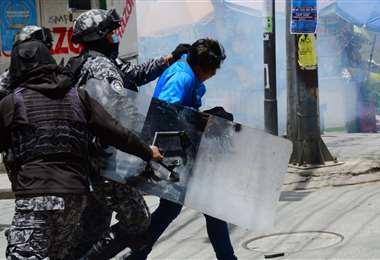 La Policía lleva un aprehendido en la gasificación en plaza Murillo (Foto: APG Noticias)