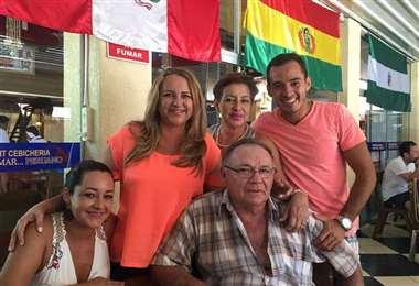 Gil Parada con sus hermanas y sus padres. Foto: internet