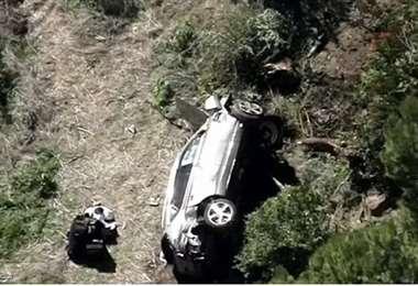 Así quedó el auto de Tiger Woods tras el accidente este martes. Foto: internet