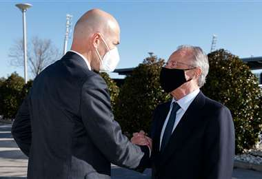 Zinedine Zidane recibe el saludo de Florentino Pérez. Foto: @realmadrid