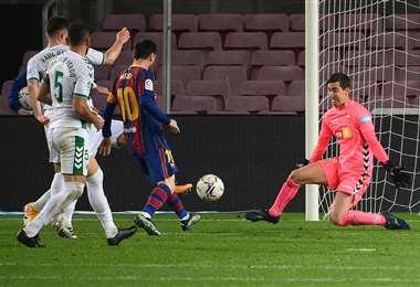 La definición de Messi ante la salida del arquero del Elche. Foto: AFP