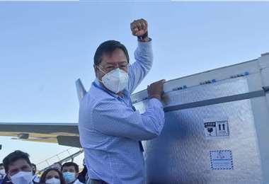 Arce recibió el lote de 500.000 vacunas en Viru Viru. Foto: Bolivia TV