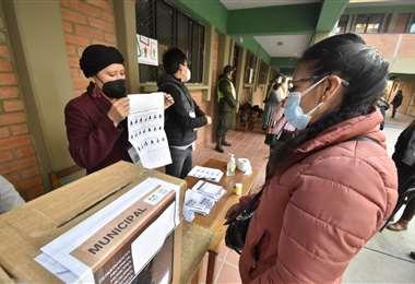 El TSE realiza el simulacro de votación para las elecciones subnacionales. Foto: APG