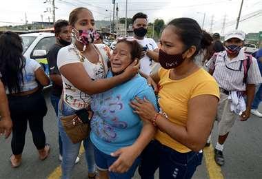 Familiares de reos aguardan noticias afuera de la cárcel. Foto AFP