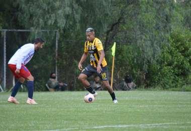 Reinoso encara a Coimbra. El atacante colombiano hizo un gol este miércoles.