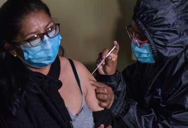 Las vacunas son la esperanza para la disminución de contagios. Foto: ABI
