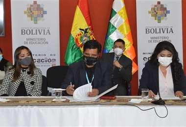 la firma del acuerdo entre empresas privadas y Gobierno (Foto: Min Educación)