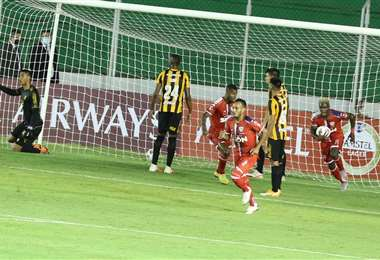 El gol y la celebración de Rubilio Castillo. Foto: Fuad Landívar