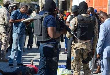 La Policía rodea dos cadáveres tras el motín en una cárcel de Puerto Príncipe