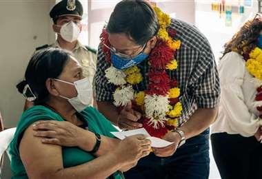 Arce llegó a Tarija para iniciar la vacunación contra el Covid-19. Foto. David Maygua