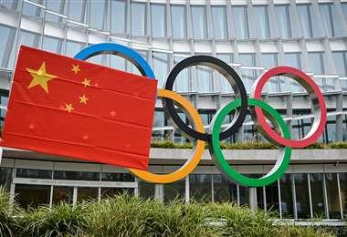 Una bandera china ondea frente a la sede del COI. Foto: AFP