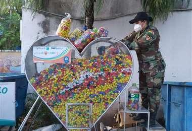 Los voluntarios llenaron de tapitas el corazón metálico