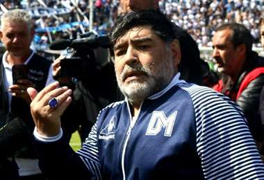 Aquí Maradona luce el anillo que es motivo de la polémica familiar. Foto: internet