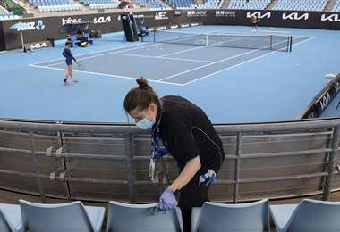 Trabajadores desinfectan en Melbourne Park. Foto: AFP