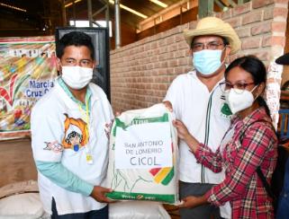 Ministro de desarrollo Rural y tierras entrega ayuda a comunidades indígenas