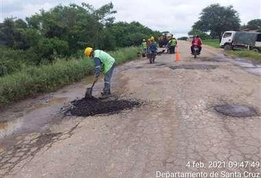 Trabajo de bacheo en el tramo Santa Cruz-Trinidad (Foto: ABC SCZ)