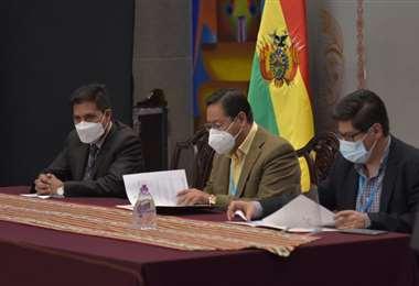 Arce durante la firma de contratos I ABI.
