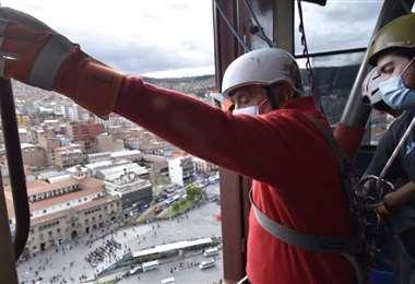 """""""Negro"""" Arias hizo rapel en un edificio de La Paz (Foto: APG Noticias)"""