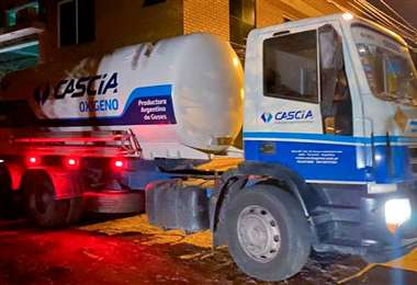 El oxígeno medicinal fue transportado en un camión. Foto: Erbol
