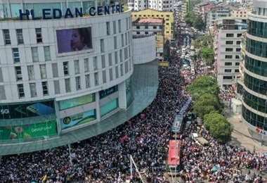 Miles de ciudadanos salieron a las calles de Birmania