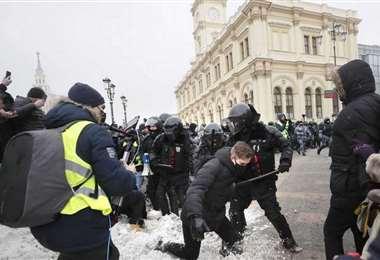 Policías detienen a un manifestante durante las protestas a favor de Navalny en Moscú