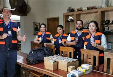 Nuñez del Prado (izq.) junto a voluntarios que hacen frente al coronavirus