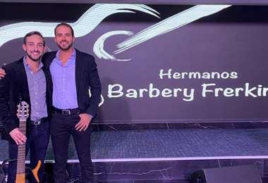 Juan Carlos y Kevin Barbery en su presentación musical en EEUU