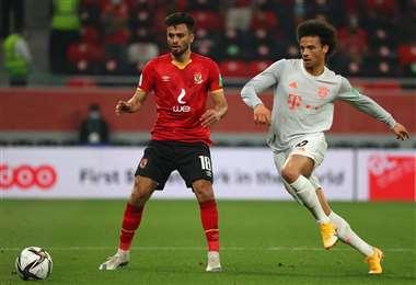 Sané, jugador del Bayern, se lleva la pelota. Foto: AFP