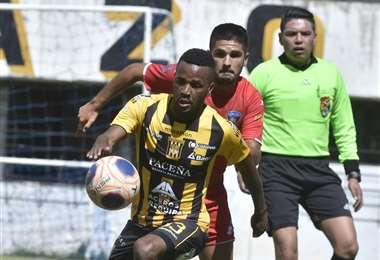 Barbosa y Melgar en el duelo. Ocurrió en el amistoso del domingo. Foto: APG